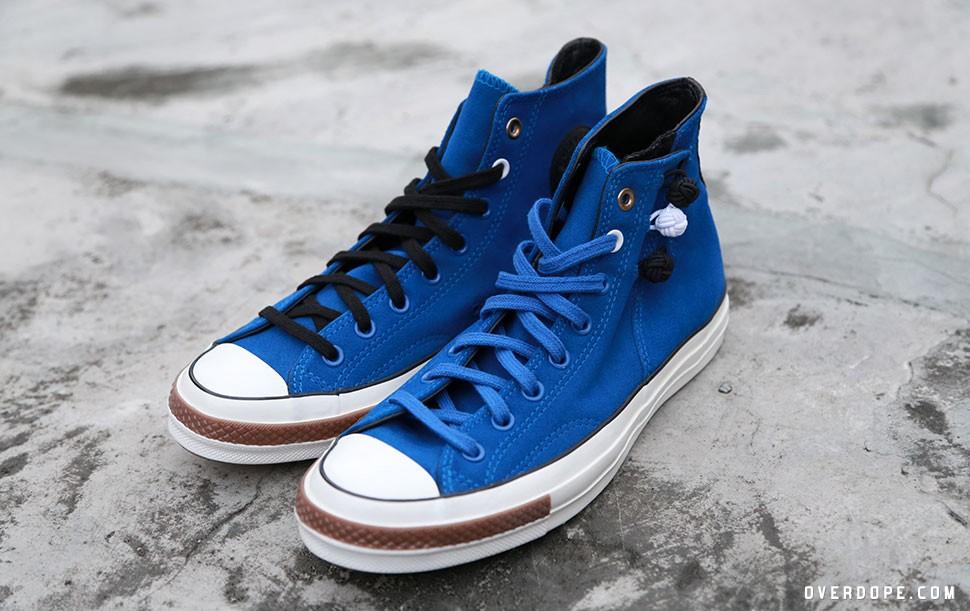 在昨日CLOT披露與CONVERSE合作的企劃,與旗下頂級支線CONVERSE First String共同呈現1970's Chuck Taylor All Star別注鞋款,這也是與CLOT的五次合作中第二次使用1970's Chuck Taylor此雙經典鞋款,CLOT擅長將東西元素混合的手法,也在本雙鞋款上嶄露無遺,今次的Changpao便以中國傳統服飾長袍作為靈感結合西方本格的運動鞋輪廓呈現,鞋面以藍色麂皮與米色帆布為素材,並於鞋身外側加入三個傳統的鈕扣球設計,造型之外