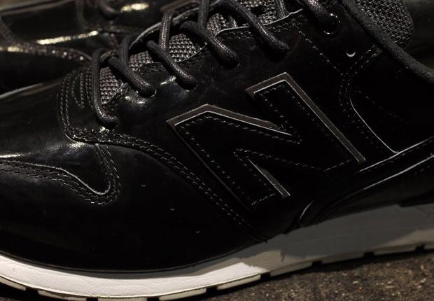 以全黑鞋身呈现,搭配白色大底,黑白相间的经典配色成就此次完美的抢眼