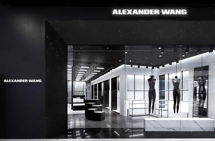 Alexander Wang 位於泰國曼谷的第三間門店現已開張。新店位於曼谷高端賣場 EmQuartier 內,店內裝潢則遵循 Alexander Wang 一貫的極簡主義理念鋪內只存在黑、白兩種色彩,再搭配上冰冷的大理石平面,處處透露出一種無機質的美感。店內的中心位置設有特殊展臺,沿墻則設有置衣架以及配飾架等裝置,就連裝置上的金屬框架也被漆成黑色,令人頓生沈靜、肅穆之感。