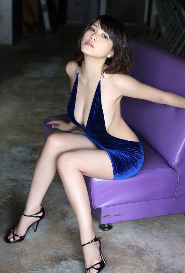 关于岸明日香电影_身材极美的写真高级生,卖弄性感的 g 级乳弹「岸明日香」
