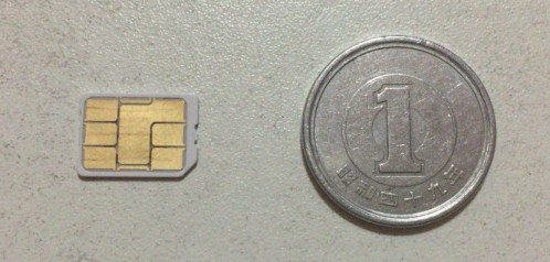 nanoSIMカードと一円玉の大きさ比較