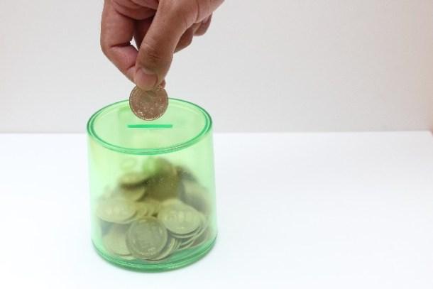 通信費を節約して貯金箱にお金を貯めている様子す
