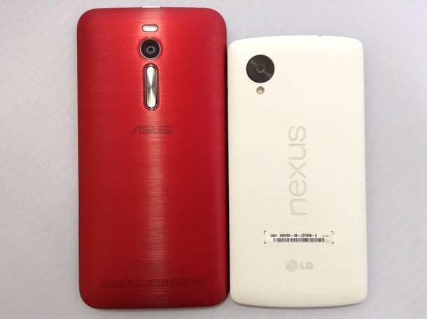 Zenfone 2とNexus 5を横に並べて大きさを比較した写真