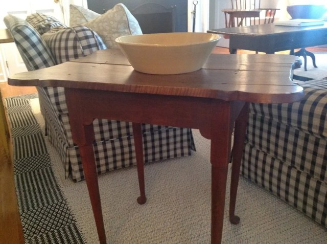 137:Queen Anne Red-Stained Porringer-Top Tea Table