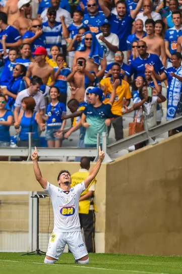 Willian celebra na frente da torcida do Cruzeiro um de seus gols