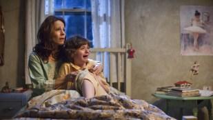 Lily Taylor og Joey King ser noe skummelt i The Conjuring (Foto: Warner Bros./SF Norge AS).