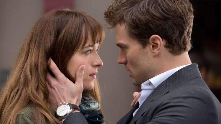 Anastasia (Dakota Johnson) og Christian (Jamie Dorner) i Fifty Shades of Grey (Foto: United International Pictures).
