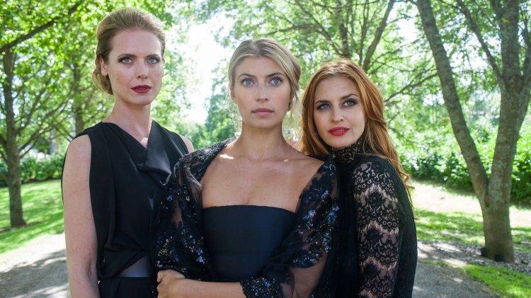 Selvvalgte enker er vel en grei beskeivelse på veninnene Johanne (Synnøve Macody Lund), Rebecka (Cecilie Forss) og Kira (Beate Billie).  (Foto: TV3 og Viaplay)
