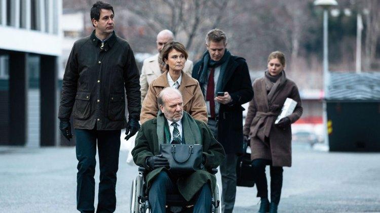 William Hansteen (Ingar Helge Gimle) flankert av sin advokat (Trond Espen Seim) og sin kone Eva (Lena Endre). (Foto: TV2)