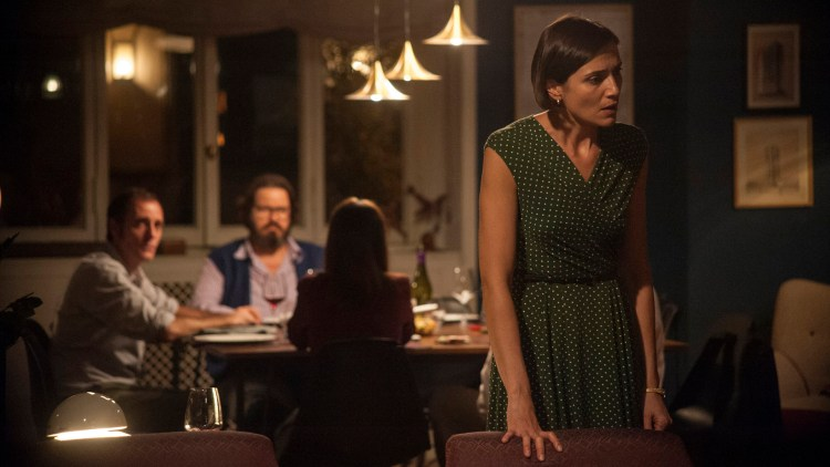 Carlotta (Anna Foglietta) trenger et øyeblikk i Perfekte fremmede. (Foto: AS Fidalgo)