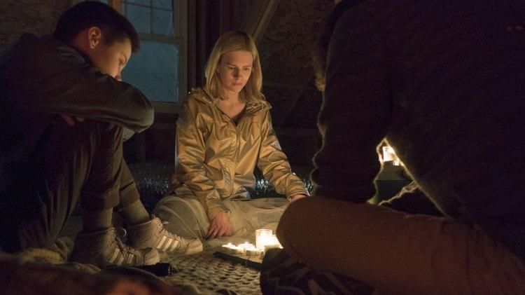 Prairie (Brit Marling) forteller sin mystiske historie til en gruppe outsider hun finner sammen med i hjembyen sin. (Foto: Netflix)
