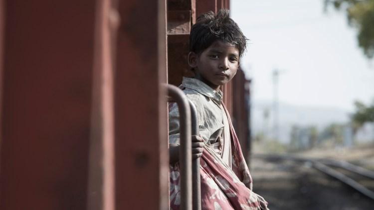 Sunny Pawar debuterer i rollen som den unge Saroo i Lion. (Foto: Norsk Filmdistribusjon)