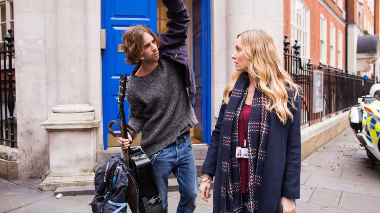 James Bowen (Luke Treadaway) og den omsorgsfulle hjelpearbeideren Val (Joanne Froggatt ). (Foto: United International Pictures)
