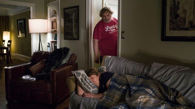 """Pete """"krasjer"""" på sofaen til Artie Lang. (Foto: HBO)"""