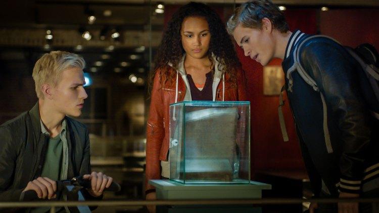 Nora (Naomi Hasselberg Thorsrud), Lars (Bjørnar Lysfoss Hagesveen) og Simen (Henrik Hines Grape) er på jakt etter det mytiske Olavsskrinet. (Foto: Nordisk Film Distribusjon AS)