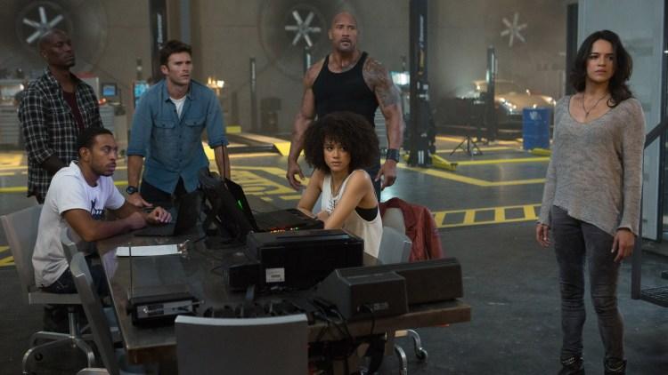 "Fra venstre: Tyrese Gibson, Ludacris, Scott Eastwood, Nathalie Emmanuel, Dwayne Johnson og Michelle Rodriguez i ""Fast and Furious 8"". (Foto: United International Pictures)"