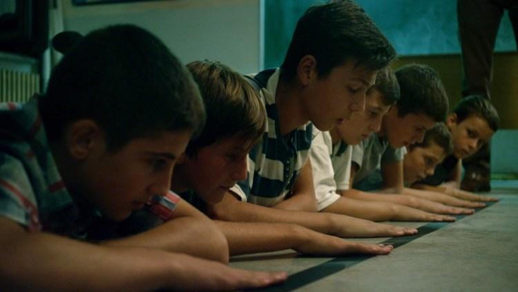 """Guttene i en makedonsk skoleklasse blir tvunget til samhandling i """"Fluefangeren"""". (Foto: Europafilm)"""
