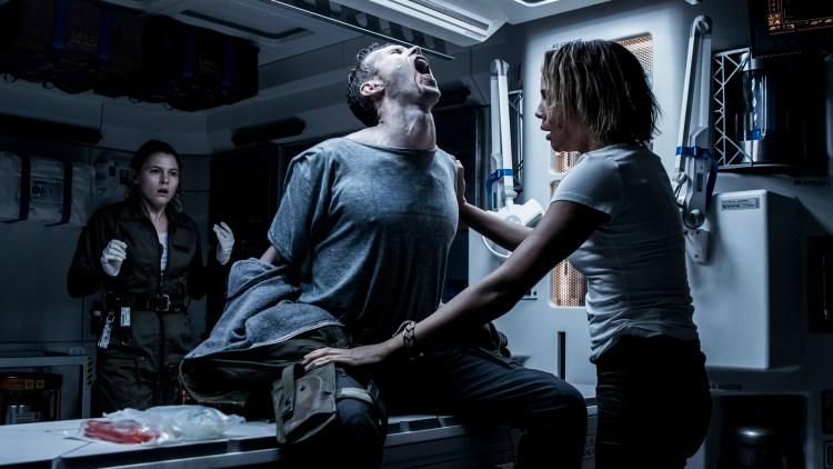"""En av mannskapet ombord i romskipet Covenant sliter med noe voldsomt i """"Alien: Covenant"""" (Foto: 20th Century Fox)"""