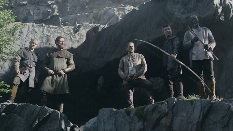 "Freddie Fox, Craig McGinlay, Charlie Hunnam, Aidan Gillen og Djimon Honsou i ""King Arthur: Legend of the Sword"". (Foto: SF Studios)"
