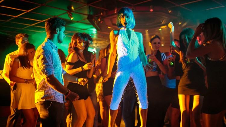 """En dansende Donatella (Micaela Ramazotti) i et tilbakeblikk i """"En smak av lykke"""". (Foto: Norsk Filmdistribusjon)"""