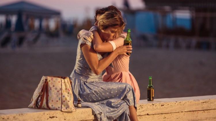 """Beatrice (Valeria Bruni Tedeschi) og Donatella (Micaela Ramazotti) utvikler et vennskap i """"En smak av lykke"""". (Foto: Norsk Filmdistribusjon)"""