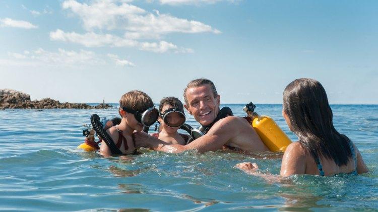 Regissør Jérôme Salle kommer ikke under overflaten i sitt portrett av familien Costeau. (Foto: KontxtFilm)