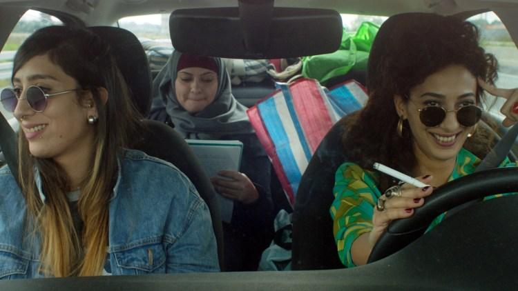 Det utvikler seg et fint søsterskap mellom Salma, Noor og Leila.  i In Between. (Foto: Storytelling Media).