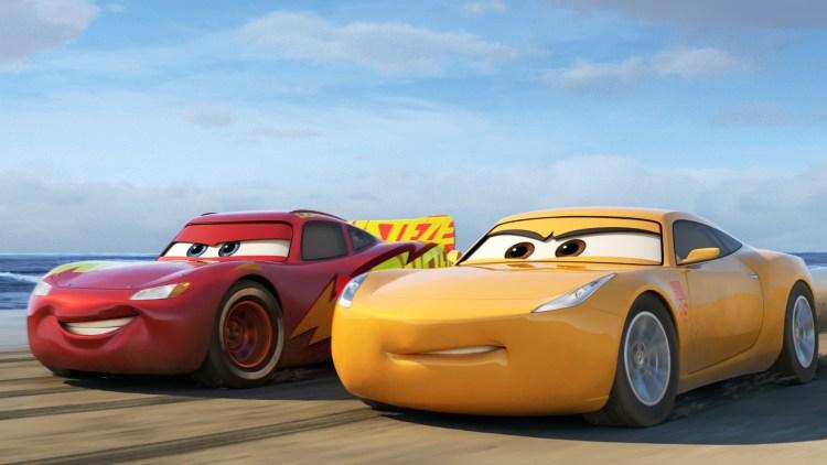 "Lynet McQueen får en tøff trener i Cruz Ramirez i ""Biler 3"". (Foto: The Walt Disney Company)"