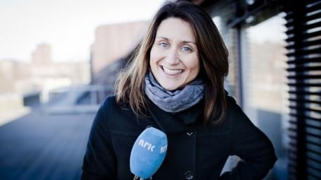 Silje Ese, reporter i Verdens Rikeste Land, kommer faktisk på at hun sjøl har blitt bedt om å ikke nevne sin egen kjæreste for deler av slekta i jula. Foto: Jonas Jeremiassen Tomter, NRK.