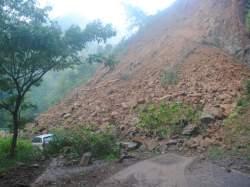 Longsor di Tegalombo menyebabkan mobil terjebak di antara longsoran. (Foto: Muhammad Fajar Bakhroni/Pacitanku)