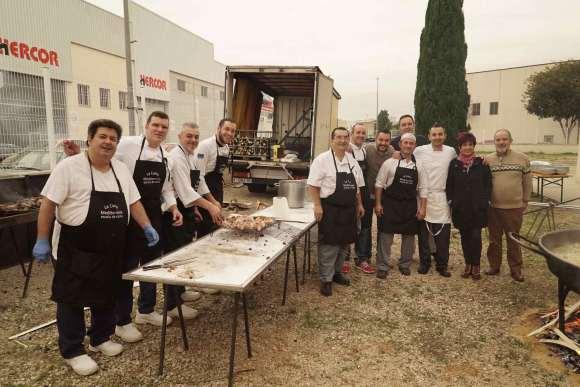 El equipo de cocina capitaneado por Juan Carlos Galbis, padre de la iniciativa en L'Alcudia.