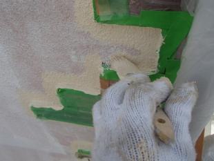 外壁ジョリパットの下塗りが終わり、クラック(ひび割れ)対策です。 クラックをVカットして、クラック内部の劣化したジョリパットを、除去します。