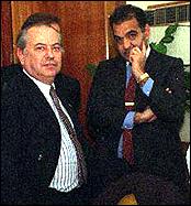 Corach y Emir Yoma sorprendidos por el fotógrafo dos semanas antes del ataque a la AMIA.