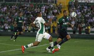 Com arbitragem confusa, Palmeiras é goleado pela Chapecoense e fica fora do G4