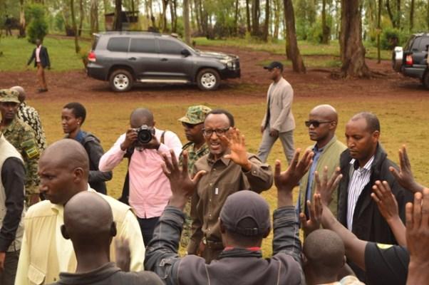 Perezida Paul Kagame asuhuza abaturage, nyuma y'umuganda