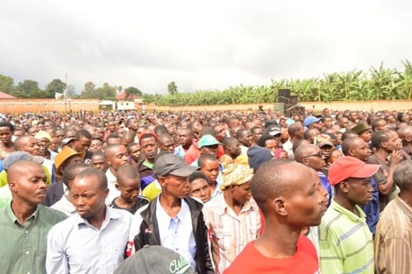Perezida Pual Kagame aganira n'abaturage bitabiriye umuganda