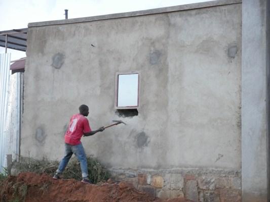 Umujyi wa Kigali uvuga ko gukoresha abaturage mu gusenya bihendutse ku buryo uwasenyewe bitagorana kwishyura amafaranga yatanzwe. (Photo/RRA)