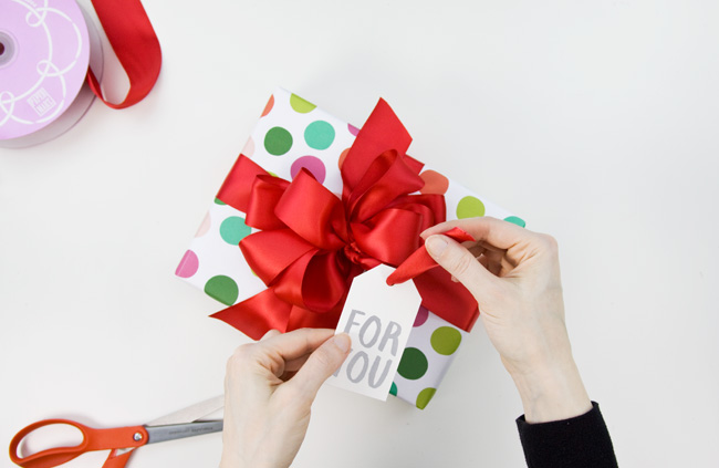 http://i1.wp.com/papercrave.com/wp-content/uploads/2015/12/how-to-loopy-satin-gift-ribbon-step8.jpg?resize=650%2C423