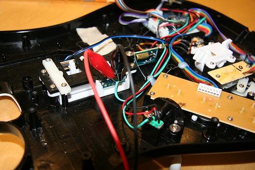 Kobler på ledninger til boksehansken