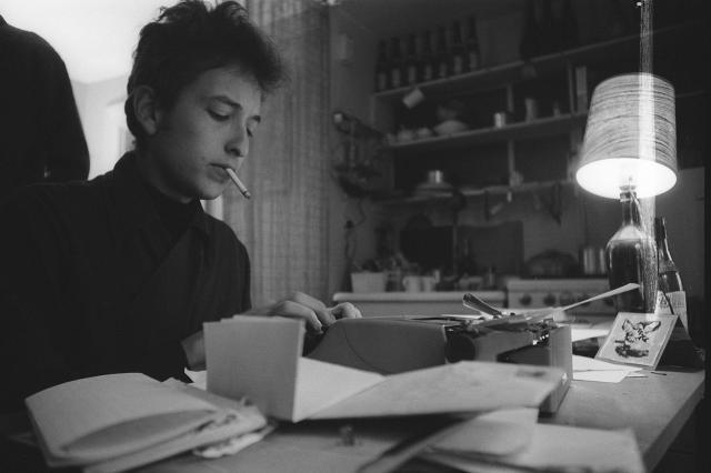 Ο Βοb Dylan κατά την διάρκεια που γράφει. 1961-1964