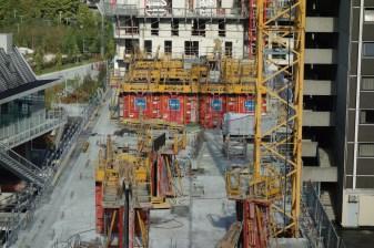 Murs du bâtiment A en construction, dalles coulées de la terrasse entre le bâtiment A & B et du bâtiment B