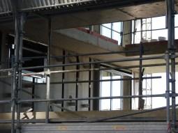 Installation des portes-fenêtres du bâtiment C, donnant sur la faille avec le bâtiment B
