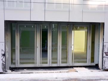 Entrée principale des bureaux de l'hôtel Ibis