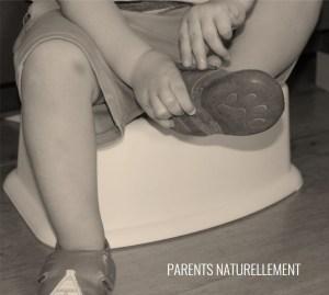 Un petit enfant de 2 ans se chausse seul