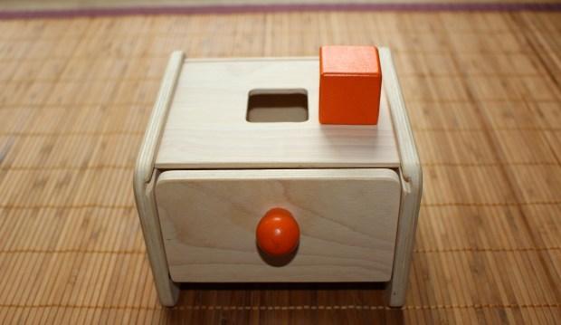 Boîte permanence de l'objet Montessori