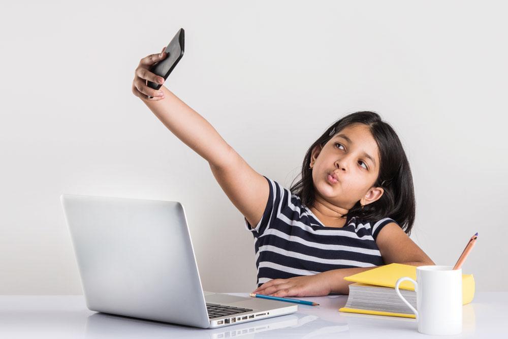 children smartphones selfies