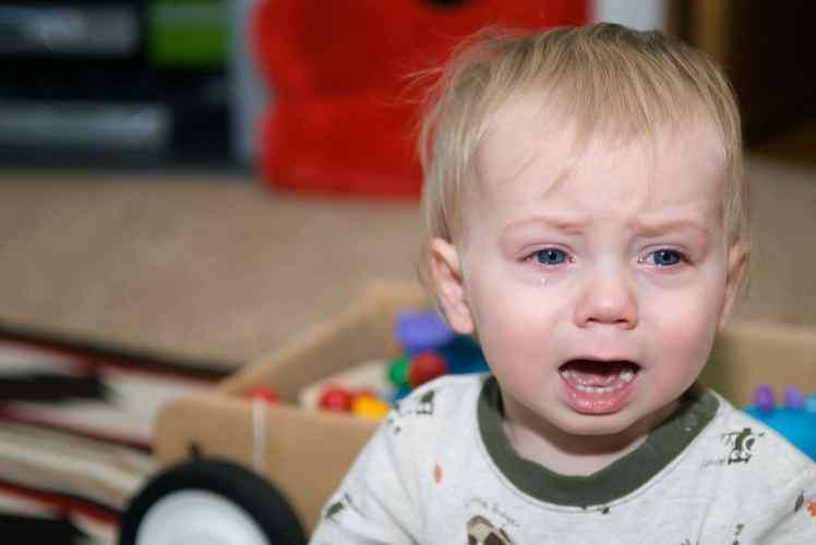 maman cinglante enfant pleure