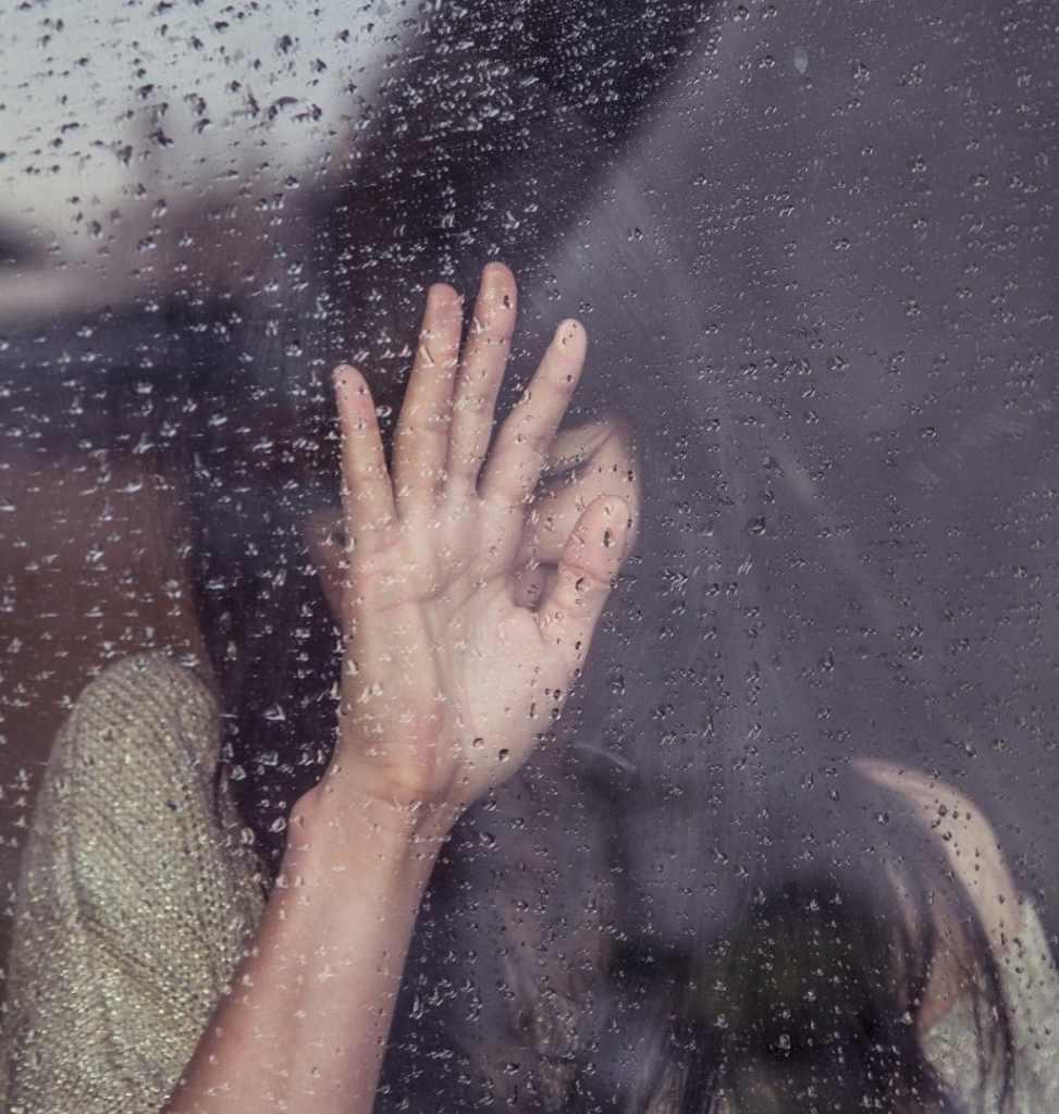 femme pleure fenêtre