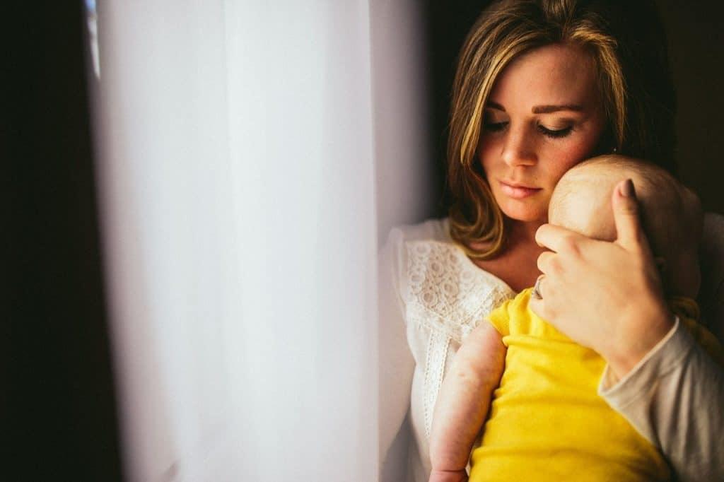 enfant maman fenêtre