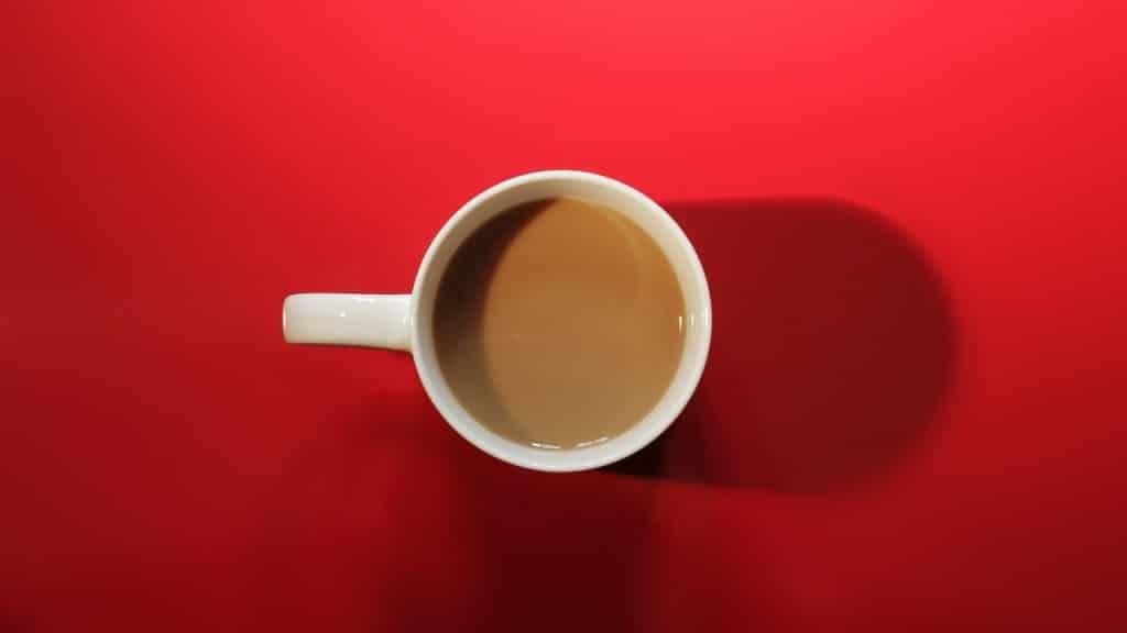 tasse de café fond rouge